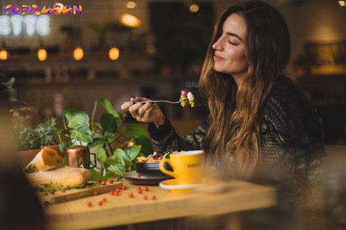 تنها بیرون رفتن برای تماشای فیلم یا غذا خوردن در رستوران.